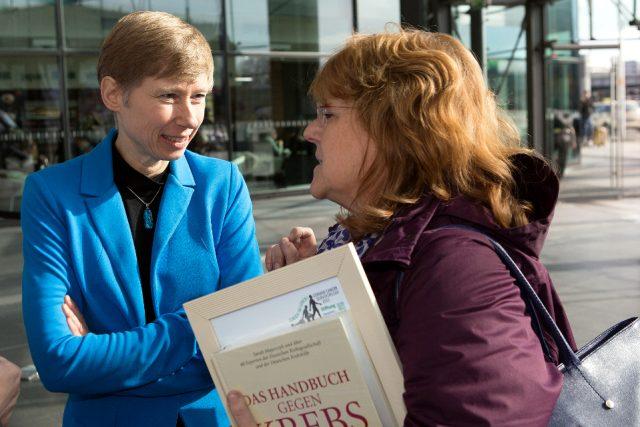 Neben 24 Cancer Suvivors ließen sich auch Ärzte auf der Aktionsbühne interviewen – hier Palliativmedizinerin PD Dr. Jutta Hübner (links). (Bild: ro-b.com/Photographie)