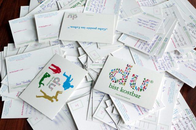 """Jeder Gast hatte die Möglichkeit, eine """"du bist kostbar""""-Postkarte an Menschen zu versenden, die ihm besonders am Herzen liegen. (Bild: Babnik/Deutsche Krebsgesellschaft)"""