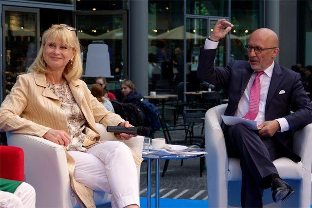 Auch die Politik ist vor Ort. Karin Maag, Mitglied des Deutschen Bundestages im Gespräch mit Stefan Pregizer. (Foto: Sebastian Röder)