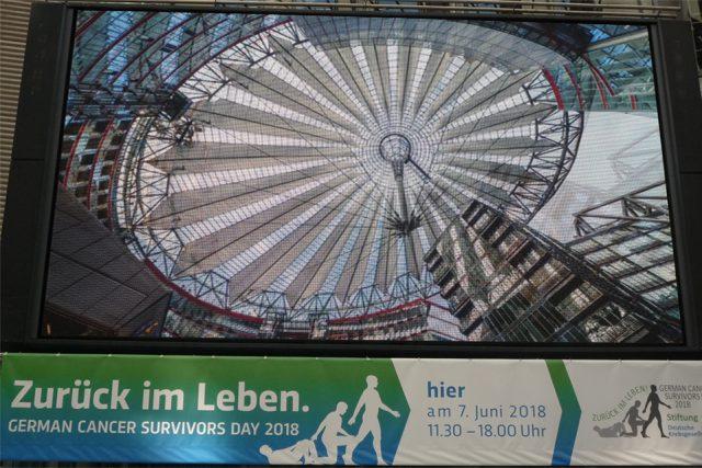 Das Zeltdach am Potsdamer Platz sorgt für Schatten auf der Bühne (Foto: Iris Meumann)