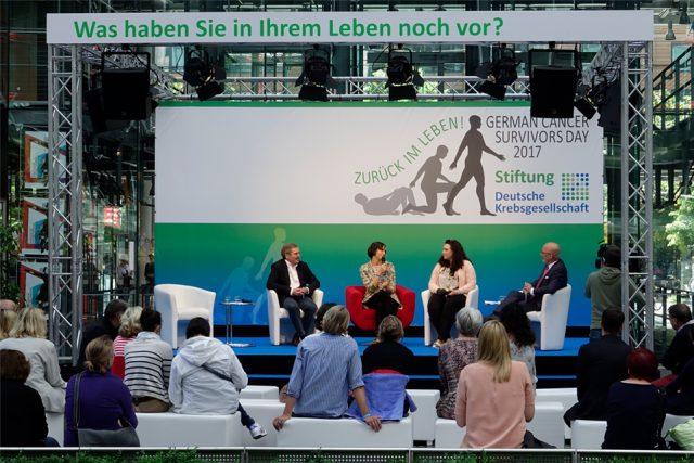 Im Interview erzählen Krebspatientinnen und -patienten sowie Prof. Michael Bamberg von ihren Erfahrungen. (Foto: Sebastian Röder)