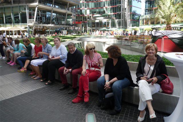 Warten aufs nächste Interview und dabei Erfahrungen austauschen: Teilnehmer beim German Cancer Survivors Day 2017. (Foto: Iris Meumann)
