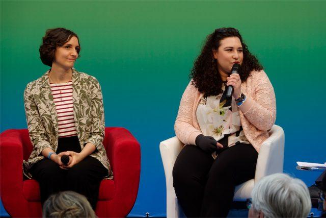 """Anne und Helena im Gespräch. Helena (rechts): """"Ich gehe positiv ins Leben und versuche einfach normal weiterzuleben."""" (Foto: Sebastian Röder)"""