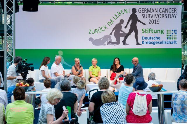 """Die Diskussionsrunde """"Krebs: Was ändert sich in der Familie und im Alltag?"""" Foto: Pietschmann"""