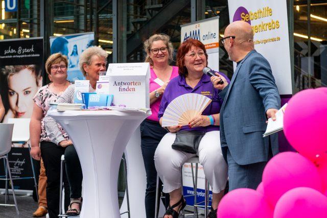 Infostände der Selbsthilfegruppen auf dem GCSD - unter anderem die Selbsthilfe Lungenkrebs mit Barbara Baysal Foto: Pietschmann