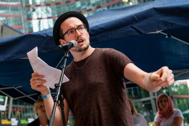 """Poetry Slam """"Sprich mit mir! Über Krebs"""" mit Florian Schreiber Foto: Pietschmann"""